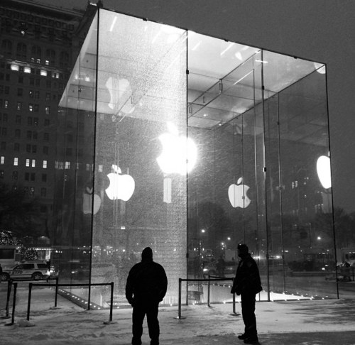 5th Avenue Apple Store needs new glass panel